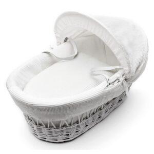 Бяла плетена кошница за новородено бебе с бял спален комплект тип вафлички - За бебето - Плетени кошчета за бебе